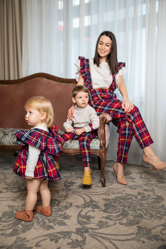 Set pantaloni cu bretele mama, fiu si fusta cu bretele fiica